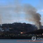 На Ёнпхёндо ведется борьба с лесными пожарами, начавшимися после артобстрела