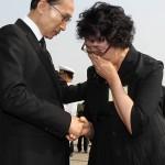 Президент Ли Мен Бак утешает Ли Сук-джу, дочь рядового Ли Кэп-су, чьи останки были идентифицировались посредством тестов ДНК. Фото: Yonhap