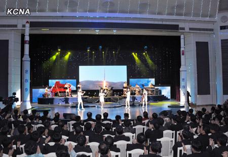 """Выступление группы """"Моранбон"""" в честь успешного запуска ракеты """"Ынха-3"""". Фото: ЦТАК"""