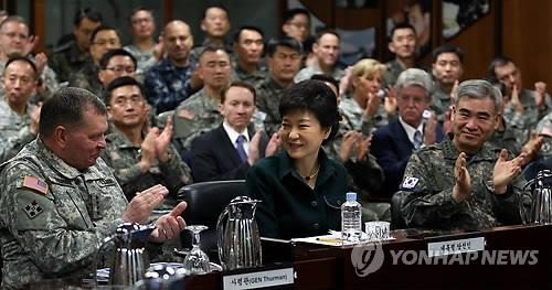 Избранный президент РК Пак Кын-Хе в штабе американо-южнокорейского объединенного командования. Фото: Рёнхап.