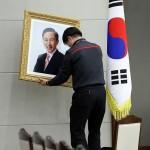 В последний день пребывания на посту президента РК Ли Мён Бак провел ряд встреч с зарубежными представителями