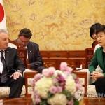Президент Южной Кореи Пак Кын Хе и российский министр по развитию Дальнего Востока Виктор Ишаев. Фото: Рёнхап