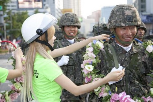 Crayon-Pop-at-Armed-Forces-Day-Parade-crayon-pop-35714232-500-333
