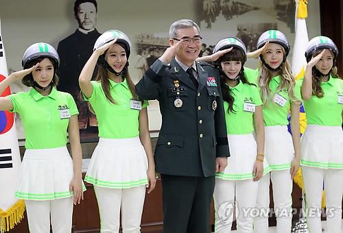 Девушки из К-поп группы Crayon Pop и генерал  Квон О Сон,  начальник штаба сухопутных сил. 14 ноября 2013 года. Фото: Ренхап.