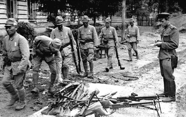 """А это оригинальное фото легендарного фотокора Евгения Халдея. 28 августа 1945 года. """"Солдаты японской армии сдают оружие""""."""
