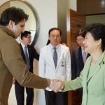 Президент РК Пак Кын Хе навестила в больнице посла США Марка Липперта
