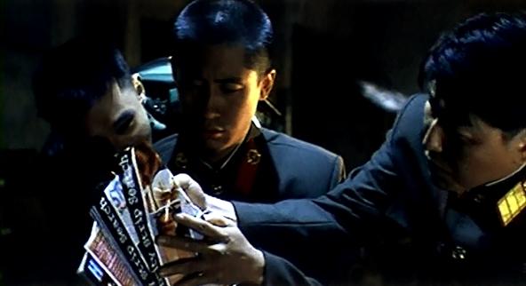 Кадр из фильма 2000 года «Объединенная зона безопасности» (공동경비구역 JSA). Южнокорейский солдат развращает моральный дух своих друзей с Севера демонстрацией порножурнала.