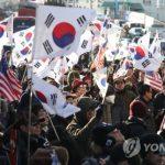 В Сеуле протестующие подожгли флаг КНДР