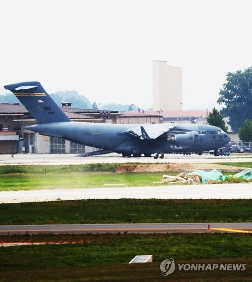 Грузовой самолет C-17 Globemaster III стоит на авиабазе Осан в Пхентхэке в ожидании вылета в КНДР.