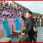 Ким Чен Ын сфотографировался с членами кружков художественной самодеятельности жен офицеров
