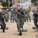 В Южной Корее приняли закон об отсрочке для звезд K-Pop. А вот как в армии служили известные футболисты